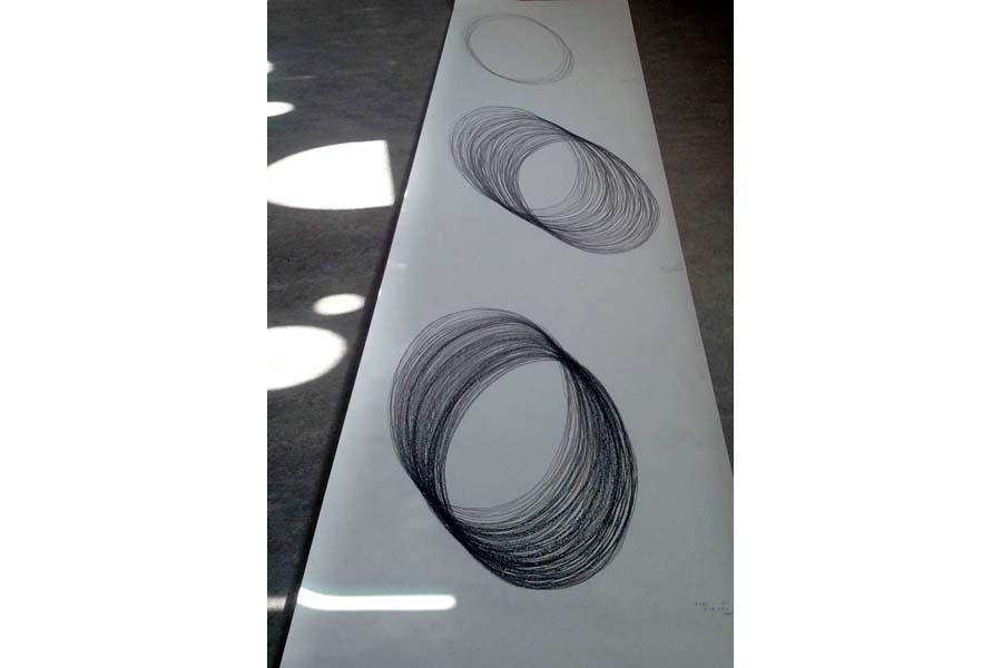 Détail du rouleau de dessins climatiques à dérouler Dessin du déplacement en trait continu, d'une forme lumineuse Pierre noire sur Canson 120g / m²